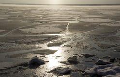 bevroor het water in Siberische rivier royalty-vrije stock afbeeldingen