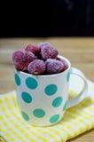 Bevroren aardbeien in een kop royalty-vrije stock afbeeldingen