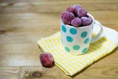 Bevroren aardbeien in een kop stock foto