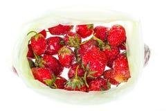 Bevroren aardbeien op witte achtergrond Stock Afbeelding
