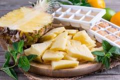 Bevroren ananas op een knipselraad op een lijst stock afbeelding