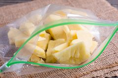 Bevroren ananas in plastic zak stock foto's