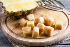 Bevroren ananaskubussen op een hakbord royalty-vrije stock afbeelding
