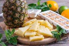 Bevroren ananasplakken op een scherpe raad stock afbeelding