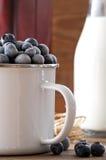 Bevroren blueberrys op houten lijst Stock Foto's