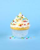 Bevroren cupcake met kleurrijk bestrooit Royalty-vrije Stock Afbeeldingen
