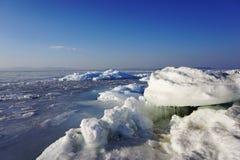 Bevroren de winteroverzees royalty-vrije stock afbeelding