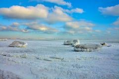 Bevroren de winterstrand op de Zwarte Zee stock foto