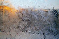 Bevroren de wintervenster ijzig patroon op het glas royalty-vrije stock afbeelding