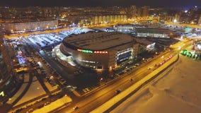Bevroren die rivier en weg met sneeuw bij arena wordt behandeld stock video