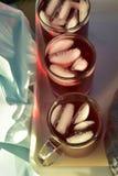 Bevroren die thee met de donkerrode bloemblaadjes van de Hibiscusbloem wordt gemaakt Royalty-vrije Stock Afbeeldingen
