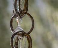 Bevroren downspout van de koperring met bokehachtergrond royalty-vrije stock fotografie
