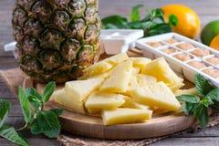 Bevroren en verse ananas op een scherpe raad royalty-vrije stock afbeeldingen