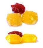 Bevroren fruit, bessen rode die ijsblokjes op witte achtergrond worden geïsoleerd Stock Fotografie