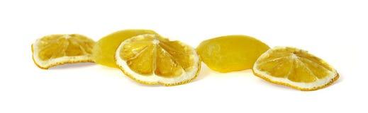 Bevroren fruit, citroensap bevroren die ijsblokjes op witte bedelaars worden geïsoleerd Stock Afbeelding
