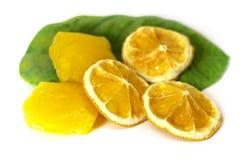 Bevroren fruit, citroensap bevroren die ijsblokjes op witte bedelaars worden geïsoleerd Stock Foto's