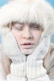 Bevroren. Gekoeld vrouwelijk gezicht dat in ijs wordt behandeld. Stock Foto