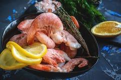 Bevroren gekookte garnalen aan het koken met citroendille en kruiden Sluit omhoog Royalty-vrije Stock Afbeelding
