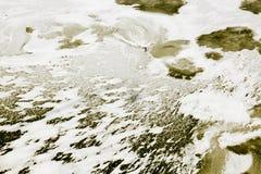 Bevroren gele die water en golf met ijs en sneeuwsamenvatting wordt behandeld Stock Afbeelding