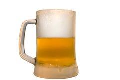 Bevroren glas dat met ijskoud bier wordt gevuld Royalty-vrije Stock Afbeeldingen