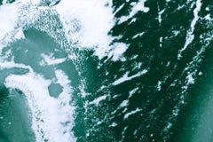 Bevroren groene die water en golf met ijs en sneeuw abstract w wordt behandeld Royalty-vrije Stock Foto
