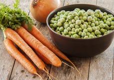 Bevroren groene erwten met wortelen Royalty-vrije Stock Afbeelding