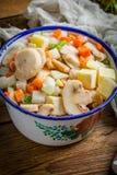 Bevroren groenten in een metaalkom Stock Afbeeldingen