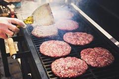 Bevroren hamburger in de kokhand klaar voor het voorbereidingen treffen Stock Afbeelding