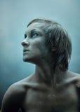 Bevroren jonge vrouw in studio royalty-vrije stock afbeeldingen