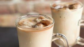 Bevroren koffie in glaskruiken stock videobeelden