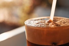 Bevroren Koffie in Lang Glas met Schuim en Bellen Royalty-vrije Stock Foto's