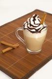 Bevroren koffie met schuim en kaneel Stock Afbeelding