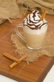 Bevroren koffie met schuim en kaneel op canvas Royalty-vrije Stock Afbeeldingen