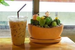 Bevroren koffie op een houten lijst stock foto