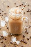 Bevroren koffie in uitstekende kruik stock afbeeldingen