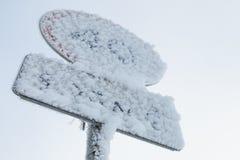 Bevroren maximum snelheidverkeersteken royalty-vrije stock foto