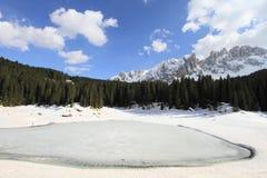 Bevroren meer bij Dolomietalpen Royalty-vrije Stock Afbeeldingen