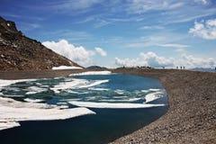 Bevroren meer in de bergen Royalty-vrije Stock Afbeelding