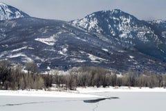 Bevroren meer in de noordelijke bergen van Utah in de winter Stock Afbeeldingen