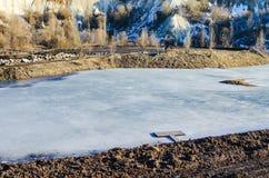 Bevroren meer in een bergenland stock fotografie