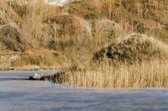 Bevroren meer in een bergenland stock afbeelding