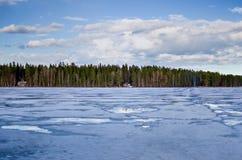 Bevroren meer en kustlijn in Zweden royalty-vrije stock afbeeldingen