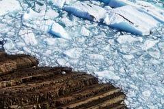 Bevroren Meer en Rocky Shorline Stock Afbeelding