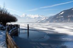Bevroren meer en sneeuwbergen in Oostenrijk Stock Afbeelding