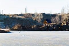 Bevroren meer met één huis in een bergland royalty-vrije stock foto's