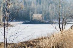 Bevroren meer met één huis in een bergland Stock Afbeeldingen