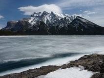 Bevroren Meer Minnewanka in het Nationale Park van Banff, Canada royalty-vrije stock afbeeldingen