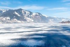 Bevroren meer Zeller en sneeuwbergen in Oostenrijk Stock Afbeelding