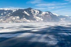 Bevroren meer Zeller en sneeuwbergen in Oostenrijk Stock Fotografie