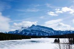 Bevroren Minnewanka-Meer van het Nationale Park van Banff Royalty-vrije Stock Foto's